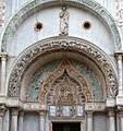 St Mark's Basilica 2 (14515245456).jpg