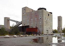 1950'ernes mineanlæg.   Sorteringsværket med laven i baggrunden.
