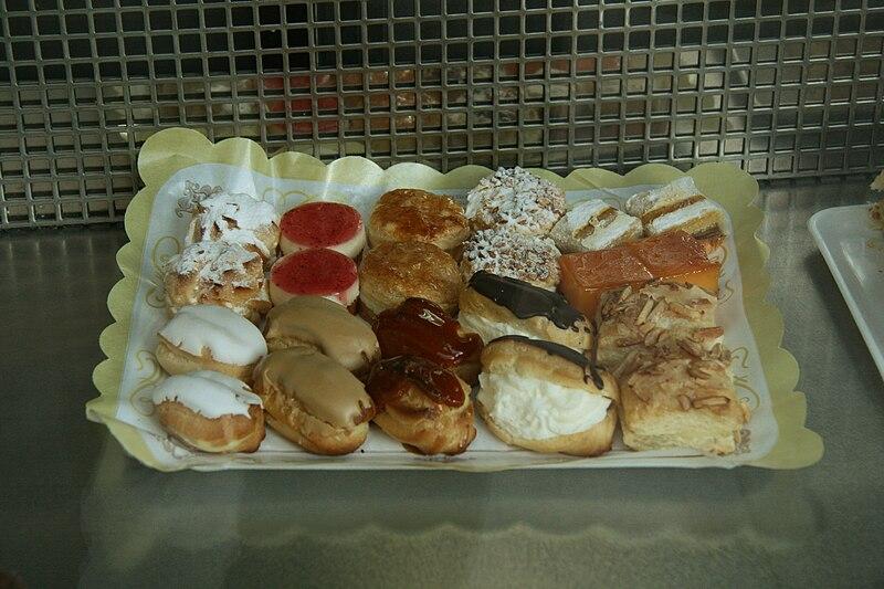 File:Surtido de pasteles-2009.jpg