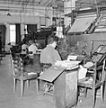 Tel Aviv. Typografen aan het werk achter linotype zetmachines in de drukkerij wa, Bestanddeelnr 255-1876.jpg