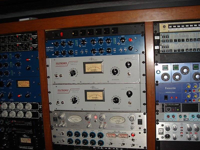 File:Teletronix LA-2A Leveling Amplifier, etc. Outboard racks 2-3, PatchWerk Recording Studios, 2007.jpg