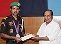 The Defence Minister, Shri A. K. Antony presenting the cash incentive of Rs.30 lakhs to the London Olympic Silver Medallist, Sub. Major Vijay Kumar, in New Delhi on August 17, 2012.jpg
