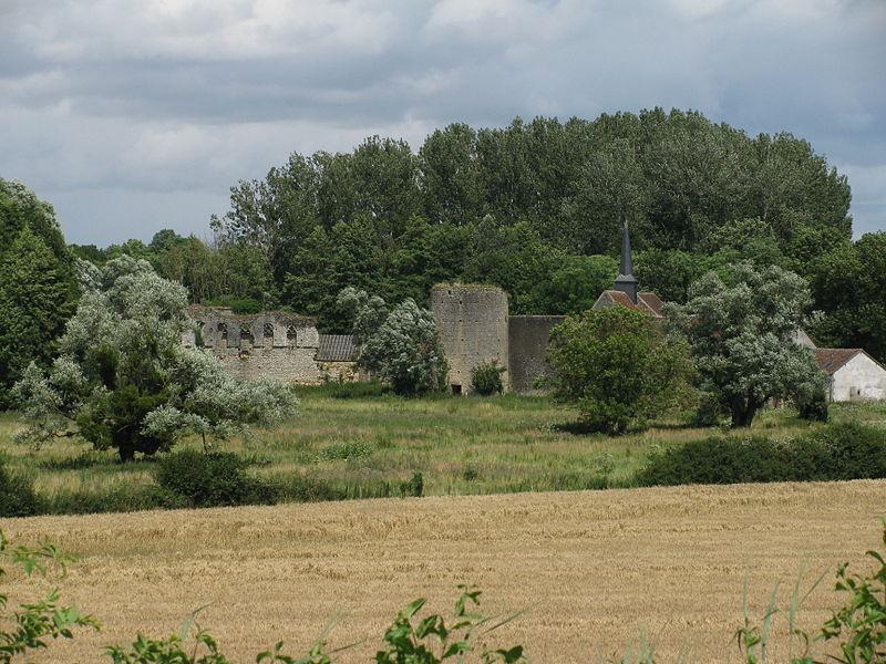 La courtine Ouest percée de cinq baies du XVe s, et une tour découronnée, uniques vestiges restants de l'ancien château de Bulcy, Nièvre, France.