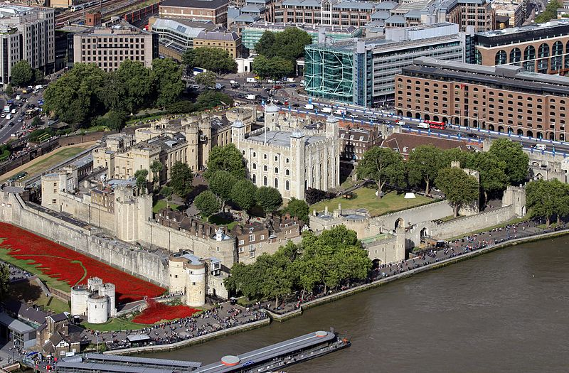 The Tower of London from The Shard. The River Thames is to the south. The outer curtain walls were erected in the 13th century. In the moat is the art installation Blood Swept Lands and Seas of Red. Tower of London (Foto Hilarmont).jpg