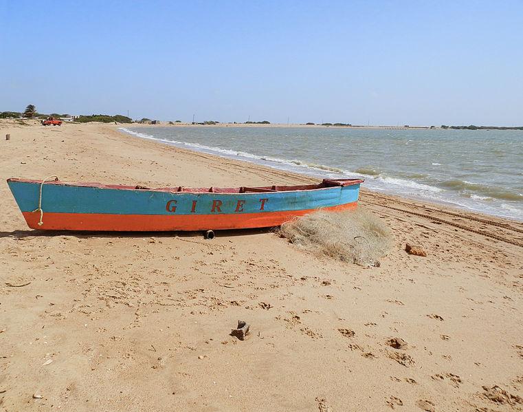 File:Un bote en la playa de San Carlos, Estado Zulia, Venezuela.JPG