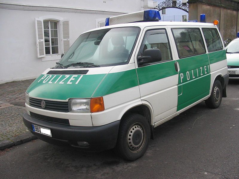 800px-VW_Bus_T4_Polizei.jpg