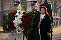 Vainagu nolikšana Rīgas Brāļu kapos (6333617157).jpg