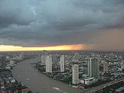 Vy over Bangkok og floden Chao Phraya.