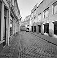 Voorgevel in de steigers tijdens restauratie met straatbeeld - Breda - 20332255 - RCE.jpg