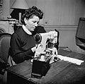 Vrouw aan het werk achter de naaimachine, Bestanddeelnr 252-9361.jpg