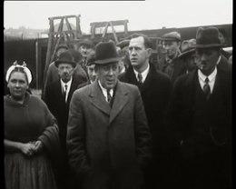 """Bioscoopjournaal uit 1938.  De publieke verkoop van de gestrande logger """"Sch. 102"""" te Scheveningen."""