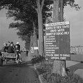 Waarschuwingsbord aan een boom bevestigd langs een weg langs het kanaal in Midd…, Bestanddeelnr 900-7605.jpg