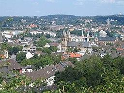 Blick auf Wuppertal-Elberfeld-West, Hügel im Hintergrund (von links) Nützenberg, Hasenberg, Uellendahler Berg, Sommer 2004. Kirchen: mittig Sankt Suit...