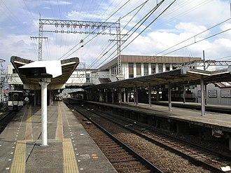 Yamato-Saidaiji Station - Platforms before station renovation, August 2007