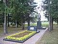 Братская могила и памятник. Общий вид.jpg