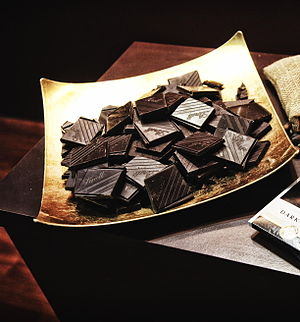 Кусочки горького шоколада