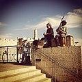 אמני רחוב מנגנים על מרגלות ממילא ועל רקע מגדל דוד.jpg