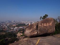 飞来石 - Flying Rock - 2013.12 - panoramio.jpg