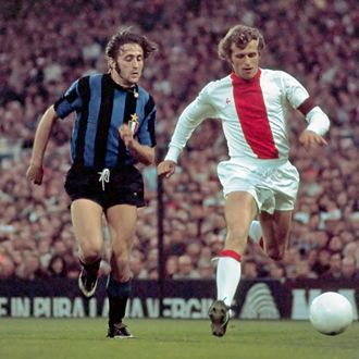 1972 European Cup Final - Image: 1971 72 European Cup Final AFC Ajax v Inter Milan Mauro Bellugi & Piet Keizer