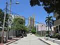 2018 El Rodadero (Santa Marta) - Cruce de la Calle 7 A con la carrera 4 A desde la avenida Pérez-Pardo, al fondo edificio Centro Internacional de Santa Marta - Colombia.jpg