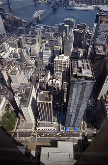 Le WTC 4, au bas de l'image, vu depuis la Tour Sud du World Trade Center.