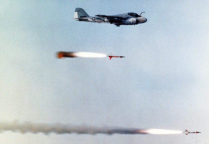 Grumman A-6 Intruder y EA-6B Prowler 800px-AGM-123_Skipper_II_with_chasing_A-6_Intruder