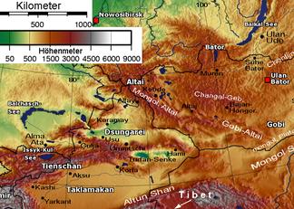 Gebirgsketten von Altai und Tianshan mit Ortschaften