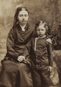 Anthonie Eleonore Christensen med sønnen Axel Anthon (cropped).png
