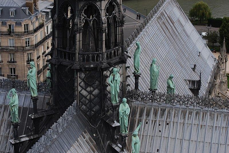 800px-Apostles_on_the_roof_of_Notre-Dame_de_Paris%2C_September_2013_003.jpg