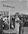 Audrey Hepburn onthult straatnaambordje in Doorn met Mell Ferrer. De onthulling , Bestanddeelnr 910-7182.jpg