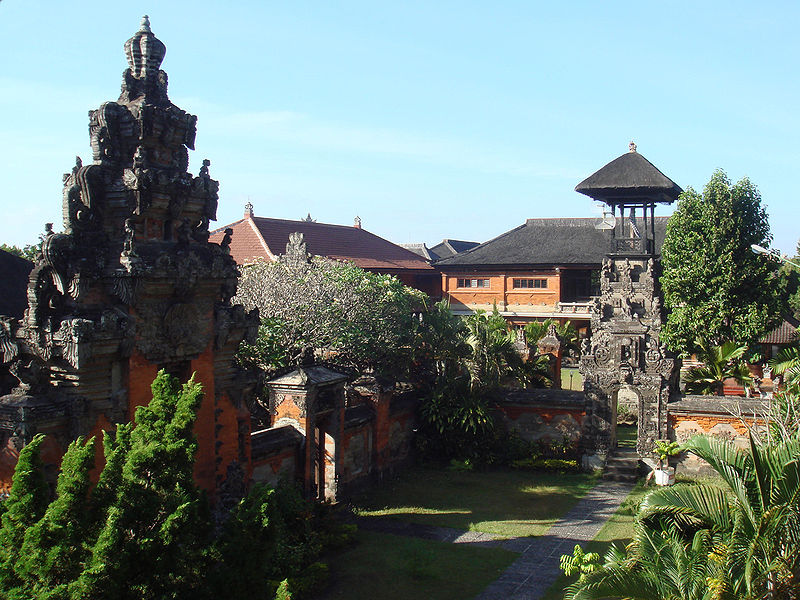 File:Bali Museum inside courtyards and gates.jpg