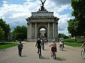 Bicyclists approach London's Wellington Arch.jpg