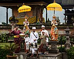 Bratan Bali Indonesia Balinese-family-after-Puja-01.jpg