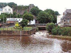 Afon Honddu (Powys) - Aberhonddu, where the Honddu flows into the Usk at Brecon. Brecon Castle is on the left