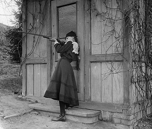 Budapest I., lány puskával. Fortepan 18039