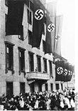 Bundesarchiv Bild 102-18025, Adolf Hitler auf dem Balkon der Reichskanzlei.jpg