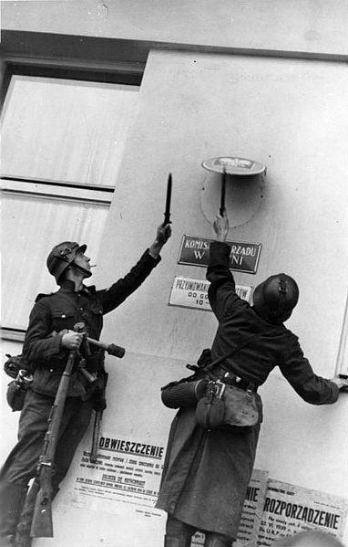 File:Bundesarchiv Bild 183-H27915, Danzig, Enfernen eines polnischen Hoheitszeichens.jpg