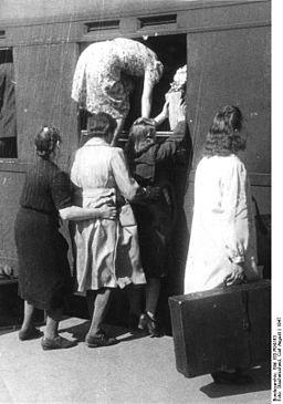 Bundesarchiv Bild 183-R94163, Reisenden steigen durchs Fenster in den Zug
