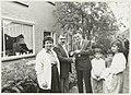 Burgemeester IJsselmuiden overhandigt de Irakese familie Mohamed de sleutels van hun woning aan de Christiaan Bruningsstraat. De familie is gevlucht uit Irak en heeft hier asiel aangevraagd. NL-HlmNHA 54031667.JPG