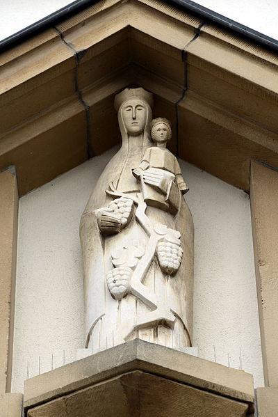 Muttergottes-Statu iwwer dem Kiercheportal vun der Kierch zu Bus.