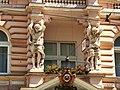 """Bydgoski hotel""""Pod Orłem""""-atlanty na fasadzie frontowej.JPG"""