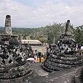 COLLECTIE TROPENMUSEUM Bezoekers bij de stupa's op de Borobudur TMnr 20027033.jpg