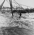 COLLECTIE TROPENMUSEUM Een Wagenia visser aan het werk in de Congorivier TMnr 20014680.jpg