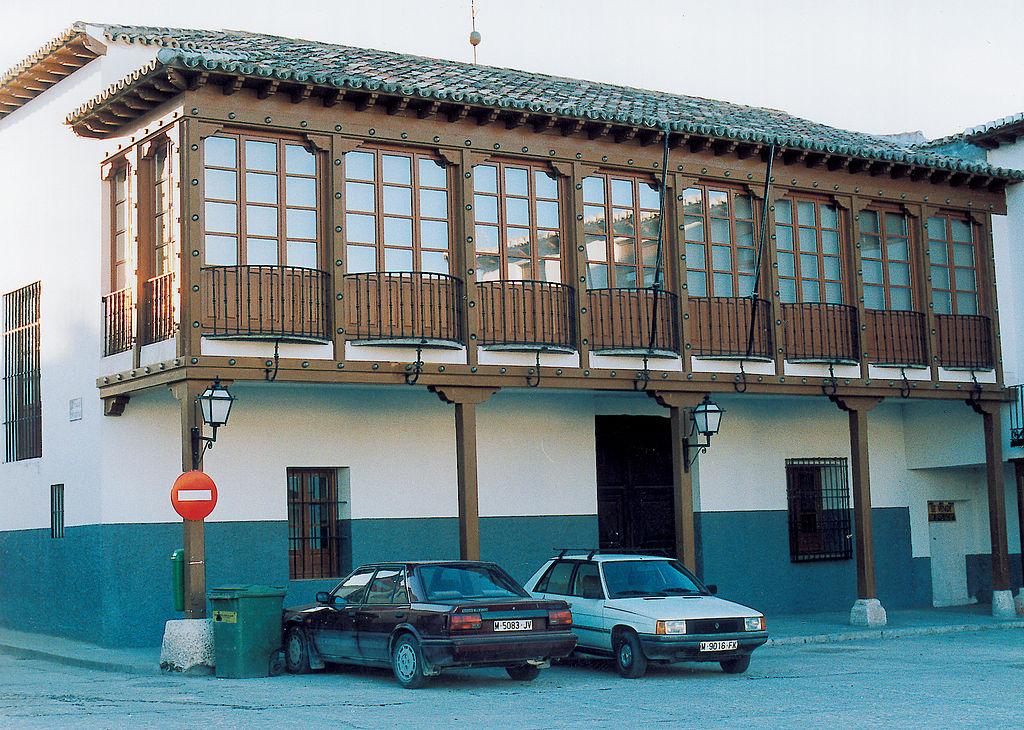 File casa con balc n de madera en - Balcones de madera ...