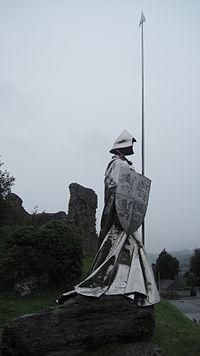 Castell Llanymddyfri Sir Gaerfyrddin gyda cherflun o - LLywelyn ap Gruffydd Fychan 12.JPG