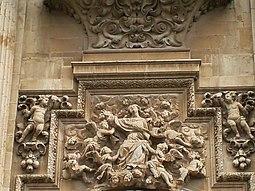 Puerta del Perdón con relieve de la Asunción por Julián Roldán.