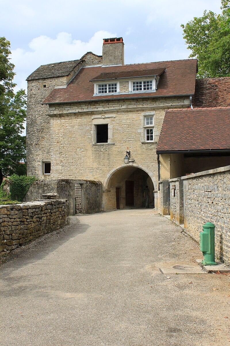 Chateau-Chalon - Porche de l'abbaye.JPG