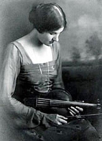 Rebecca Clarke (composer) - Clarke with viola in 1919