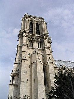 La moitié inférieure de la face sud de la tour sud, fort peu ornée, a des allures austères de forteresse. Cette partie de la tour est flanquée d'une tourelle polygonale percée de meurtrières et abritant un escalier permettant l'accès aux étages supérieurs. La base des tours date des années 1190-1225, c'est-à-dire du règne de Philippe Auguste