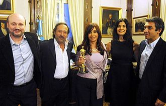Guillermo Francella - Francella (second from left with Juan José Campanella, Argentine president (2007-2015) Cristina Kirchner, Soledad Villamil, and Ricardo Darín with The Oscar for The Secret in Their Eyes